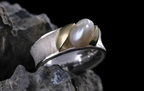 Ring mit weißer Perle