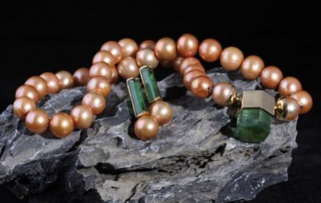rötliche Perlen