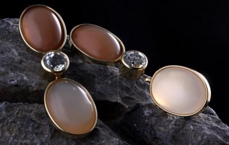 Ohrringe mit rötlichen Steinen